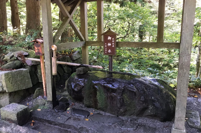 大神山神社(奥宮)長寿水の湧水